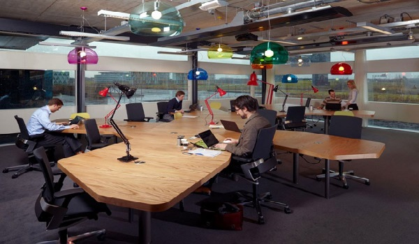 Không gian làm việc thư giãn, thoải mái có thể giúp nhân viên giảm stress khi phải làm thêm giờ